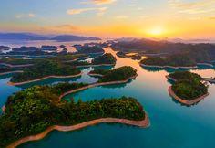 Le lac aux mille îles, de son vrai nom lac Qiandao, situé en Chine, est une immense étendue d'eau artificielle qui existe depuis 1959. Sa particularité ? Les centaines d'îles qui s'y côtoient, mais surtout, le l...