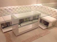 Mesa em marcenaria e vidro minimalista.