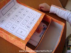 registratore di cassa di cartone con soldi finti