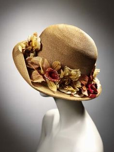Lucile hat - 1920 by Lucile Ltd. Straw hat trimmed with silk and velvet tiger lilies and other artificial flowers around crown. Victoria and Albert Museum Collection, London 1920s Hats, Vintage Outfits, Vintage Fashion, Victorian Fashion, Gothic Fashion, Fashion Fashion, Love Hat, Victoria And Albert Museum, Mad Hatters