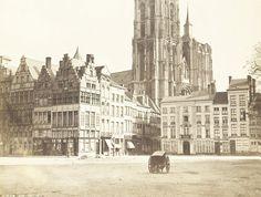 """De Grote Markt te Antwerpen, voordat de Brabofontein er werd opgericht, rechts is nog een stukje van de """"meiboom"""" te zien, Op de met de Maalderijstraat het hotel du Nord en op de achtergrond de kathedraal."""