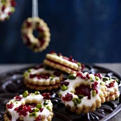 Canneberge Adventskringel Pour 30 pièces 250 g + un peu de farine 75 g . Christmas Desserts Easy, Holiday Cakes, Cranberry Cake, Xmas Cookies, Linzer Cookies, Christmas Chocolate, Cookies Et Biscuits, Pistachio, Yummy Cakes