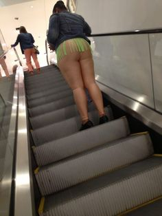 Had to look twice. Thought she was naked from the waist down. Stupid People Funny, Wtf Funny, Weird People, Only At Walmart, People Of Walmart, Que Horror, Walmart Pictures, Nasty People, Haha