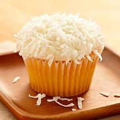Recipe of coconut cupcakes. Discover the recipe for making coconut cupcakes. Preparation of coconut cupcakes decorated with grated coconut frosting. Dairy Free Cupcakes, Gluten Free Cakes, Gluten Free Desserts, Cupcake Cookies, Dessert Drinks, Yummy Drinks, Delicious Desserts, Coconut Frosting, Coconut Cupcakes
