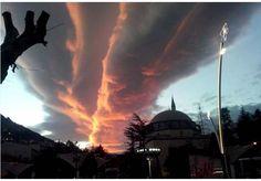Tokat'ta gökyüzünde ilginç bulut görüntüsü   Tokat'ta akşam saatlerinde güneşin batımı ile gökyüzünde oluşan bulut görüntüsü görenleri şaşırttı.  Kent merkezinde akşam saatlerinde gökyüzünde farklı bir görüntü oluştu.