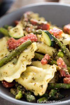Asparagus Ravioli Pasta Salad (Hot or Cold) - Easy Peasy Meals Top Recipes, Gourmet Recipes, Cooking Recipes, Healthy Recipes, Easy Pasta Salad Recipe, Pasta Salad Recipes Cold, Pasta Food, Asparagus Pasta, Gastronomia