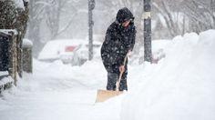 Wenn es schneit, müssen mitunter auch Mieter zur Schneeschaufel greifen. Allerdings muss der Winterdienst im Mietvertrag geregelt sein.