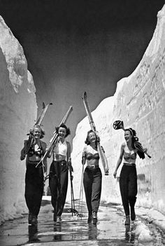 Skiing ladies