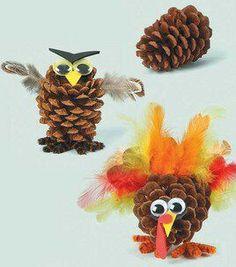 Uil of vogel gemaakt van dennenappels