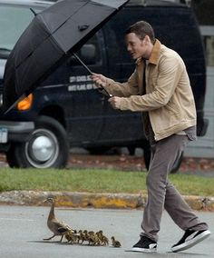 Anton Yelchin...with duckies.  Zeez ducks, moost be kipt dri