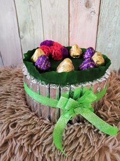 Небольшой торт на картонном основании. Использовала конфеты вечерний звон и осенний вальс, шоколад вдохновение.