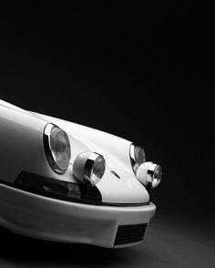 White on black Porsche by 📷 😊. Porsche Classic, Black Porsche, Classic Cars, Porsche 911 Rsr, Porsche Carrera Gt, Ferdinand Porsche, Enjoy The Ride, Vw Touareg, Ex Machina