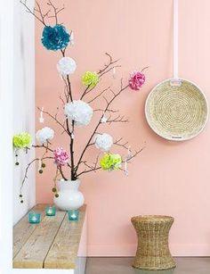 Deze bloemen pompons maak je heel makkelijk van papieren servetten of crêpepapierhoe op 101woonideeën.nl by deirdre