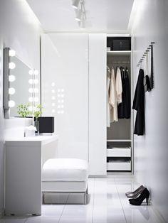 bialy przedpokój z biała podłogą,biała szafa z przesuwnymi drzwiami,biały puf z konsolką - Lovingit.pl