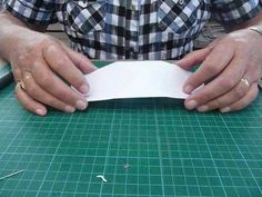 Het karton wordt zo uitgesneden dat het bij de vouwlijn nog aan elkaar zit, zo krijg je een dubbele kaart. Het middenstuk is te zien op de tekening en het overgebleven karton of een witte strook kun je voor het versieren gebruiken. Daarna de kaart mooi versieren met plaatjes.