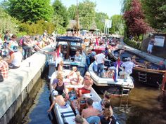 This sluice lock is a passage between de river Vecht and de Loosdrechtse Plassen (populair water sport recreation area). If the boat is in the lock, the skipper can stay on board. The rest of the company can just get an ice cream or a drink. It gets busy in the summer!