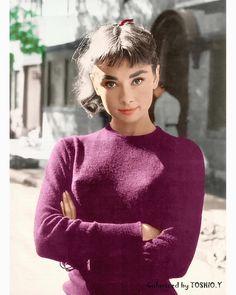 Audrey Hepburn photographed by Mark Shaw, . Audrey Hepburn Mode, Aubrey Hepburn, Audrey Hepburn Photos, Audrey Hepburn Makeup, Hollywood Icons, Golden Age Of Hollywood, Hollywood Glamour, Old Hollywood, Classic Actresses