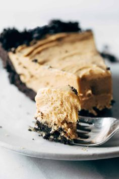 The BEST Easy Peanut Butter Pie! A simple cookie crust under a layer of fluffy peanut buttery filling that is pillowy, light, and incredibly rich all at the same time. easy 3 ingredients easy for a crowd easy healthy easy party easy quick easy simple Köstliche Desserts, Delicious Desserts, Dessert Recipes, Pie Dessert, Yummy Food, Healthy Food, Good Healthy Recipes, Easy Pie Recipes, Baking Recipes