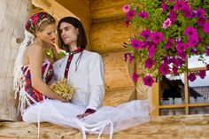 Górale to jedna z bardziej charakterystycznych grup, zarówno w Polsce jak i za granicą. Wszyscy wiedzą, że są to ludzie z charakterem, niezwykle barwni i szanujący tradycję. Takie też jest góralskie wesele: huczne, kolorowe i obfite. Choć pojawiają się głosy, że prawdziwego folkloru już nie ma, wśród podhalańskich górali zamieszkujących najbliższe tereny Tatr, przekazywana z dziada pradziada tradycja weselna jest wciąż żywa.
