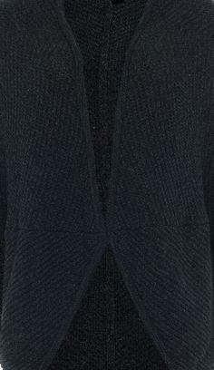 Schwarzer Waffel-Strick zu einem dunklen, aber gemütlichen Cape-Kokon verarbeitet. Der Winter kann kommen!
