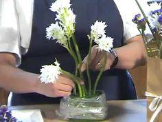 Cómo hacer un arreglo con flores en una sencilla bolsa de papel