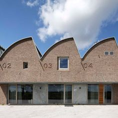 Built by Arnoud Olie in Zwartsluis, The Netherlands with date Images by René de Wit. The new office building of ForTop Zwartsluis – parts manufacturer – functions simultaneously as offices and warehouse. Brick Architecture, Interior Architecture, Factory Architecture, Utrecht, Terrace Roof, Sawtooth Roof, Brunswick House, Warehouse Design, Warehouse Office
