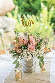 Centre de table seau en zinc couleur argent fleuri avec numéro de table en anglais
