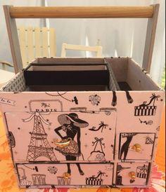 Cartonnage : Tuto de la desserte à couture ChaDaNel - Le-voyage-du-sac-à-cadeaux Cardboard Storage, Decorative Storage Boxes, Storage Boxes With Lids, Lid Storage, Wooden Storage Boxes, Diy Cardboard, Papel Scrapbook, Scrapbooking Box, Carton Diy