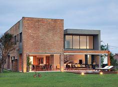 Casa-arquitetura-seferin-tijolos-de-demolição-fachada (Foto: Edu Castello/Editora Globo)
