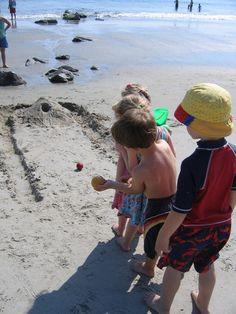 12 Beach Games to have Fun in the Sun with the Whole Family 12 Beach Games for Family Fun Fun Beach Games, Beach Activities, Activities For Kids, Fun Games, Skee Ball, Beach Hacks, Beach Bonfire, Beach Kids, Beach Crafts