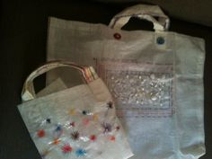 Bolsas bordadas pela artista Renata GAM.
