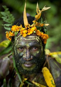 Papua New Guinea Ulul village, traditionnal witchdoctor by Eric Lafforgue Eric Lafforgue, We Are The World, People Around The World, Around The Worlds, Cultures Du Monde, World Cultures, Beautiful World, Beautiful People, Papua Nova Guiné
