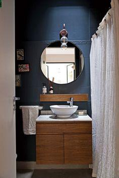 ¿Disimular un baño oscuro? Mejor, llevarlo a un estilo escenográfico con un tono como este, petróleo Home Studio, Mirror, Cool Stuff, Bathroom, Furniture, Home Decor, Designer, Blues, Dark Bathrooms