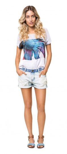 Blusa com estampa de peixe e shorts jeans. Rasteira jeans e couro