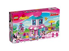 Twoje dziecko będzie zachwycone, mogąc zbudować butik Minnie i bawić się w sklep, który sprzedaje eleganckie kokardy! Sklep ma też sypialnię na piętrze, a w zestawie znajdziesz dodatkowo kasę, zewnętrzny stolik i krzesła, oraz dwie figurki LEGO® DUPLO®.