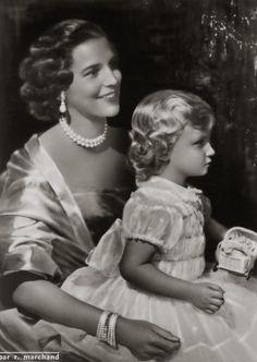 Prinses Mary-Lilian van Retie met Prinses Marie-Christine van België. 1954, bromide foto formaat 11 x 16 cm. Foto gemaakt door Robert Marchand, uit de verzameling van Wilfried Vandevelde.