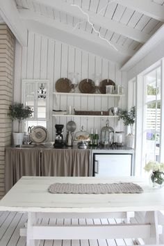 11 Useful Tips for Summer Kitchen Arrangement - Decor Around The World Beach House Kitchens, Home Kitchens, Cozinha Shabby Chic, Cottage Shabby Chic, Kitchen Arrangement, Lakeside Cottage, Summer Kitchen, Cottage Interiors, Home Fashion