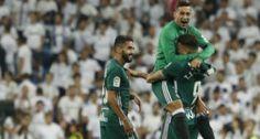 #ligasantander1718 #betis gana en Madrid 0-1 #sergioleon abrazó al goleador #tonnysanabria en el momento en el que Mateu Lahoz decretó el final del partido en el #bernabeu #jornada5