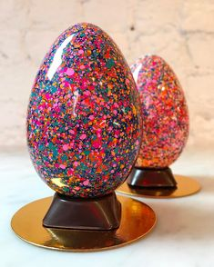 Chocolate Easter eggs from Stick with Me Sweets in New York City caseiro de colher no pote gourmet unicórnio recheio de colher confeitado como fazer recheado Chocolate Work, Easter Chocolate, Chocolate Gifts, Chocolate Lovers, Chocolate Sweets, Easter Cupcakes, Easter Cookies, Chocolate Showpiece, Speckled Eggs