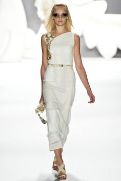 Simplicity of white + touch of gold. Carolina Herrera | Spring-Summer2013 #fashion