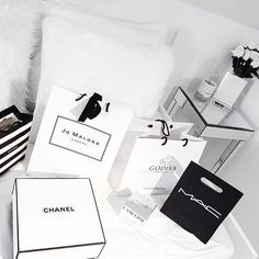 Tipos de Aesthetic - Classy : Read Classy from the story Tipos de Aesthetic by with reads. No hay duda alg. Estilo Coco Chanel, Images Esthétiques, Boujee Aesthetic, Shop Till You Drop, Luxe Life, Black And White Aesthetic, Rich Girl, Beauty Shop, Luxury Lifestyle