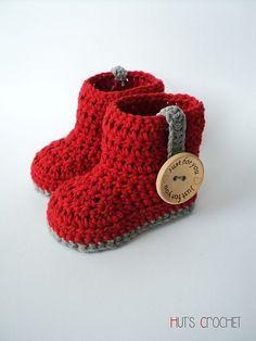 真っ赤なブーツにワンポイントのボタンがとってもキュート♡かぎ針編みのベビーシューズ♡ もっと見る