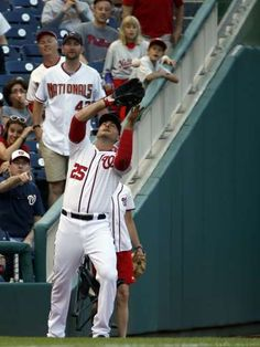Washington Nationals left fielder Clint Robinson (25) catches a foul ball hit by Philadelphia Phillies' Chase Utley during the first inning of a baseball game at Nationals Park, Friday, May 22, 2015, in Washington.  - © AP Photo/Alex Brandon