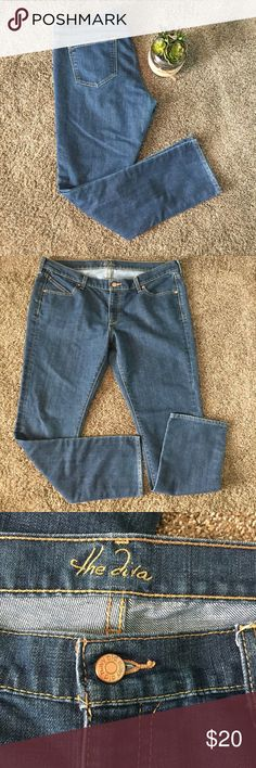 """Old Navy The Diva Jeans Size 16 Long Bootcut The Diva style 16 Long 🌺 Dark wash Great condition! Waist: 38"""" Inseam 32"""" Smoke free home Pet friendly *Check out my other items!* 🌺 Old Navy Jeans Boot Cut"""