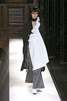 Yohji Yamamoto at Paris Fashion Week Spring 2007 - Runway Photos Quirky Fashion, High Fashion, Fashion Show, Fashion Fashion, Fashion Week Paris, Runway Fashion, Yoji Yamamoto, Japanese Fashion Designers, Mode Style