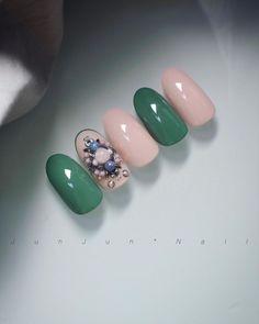 いいね!595件、コメント4件 ― Junko Kadota 門田純子さん(@junjun_nail)のInstagramアカウント: 「No.423 . 実際もう少しグリーンが優しい色味ですけど、こんなのもできました♡ . ビジューアートも微妙な色味の違いで本当に印象が変わってきますよね〜楽しい! .…」
