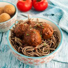 Espaguetis con albóndigas veganas y salsa de tomate y albahaca