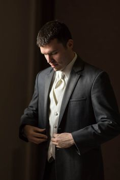 wedding photography | groom getting ready | http://www.haasweddings.com