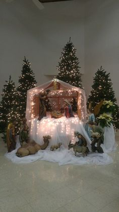 Christ the Savior Catholic Church-El Paso TX Church Christmas Decorations Chri Christmas Crib Ideas, Church Christmas Decorations, Christmas Stage, Pallet Christmas Tree, Christmas Village Display, Christmas Nativity Scene, Christmas Tree Design, Christmas Home, Christmas Lights