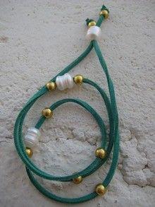Pulsera cuerda verde con perlas